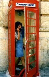 Renate auf Malta in der Telefonzelle