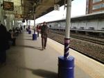 UK, März 2013 ... mit Rick ... auf den Zug wartend. Die Zugverbindungen in UK sind exzellent. So auch der Service. Besser als in DE.